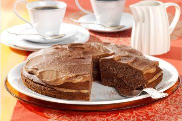 Eine Schokoladentorte mit cremiger Nuss-Nugat-Schicht ist die Empfehlung von Andrea Schirmaier-Huber, Rosenmehls Mehl-Patin und Konditor-Weltmeisterin, zum Welt-Schokoladen-Tag.